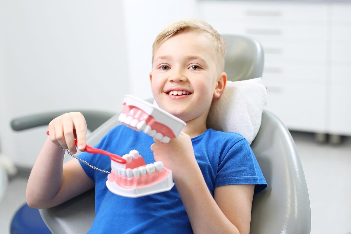 Prawidłowe szczotkowanie zębów, dziecko u dentysty